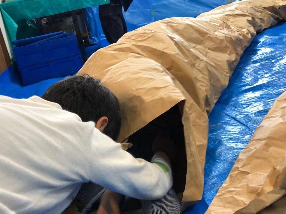 紙袋を繋げて繋げて長いトンネル